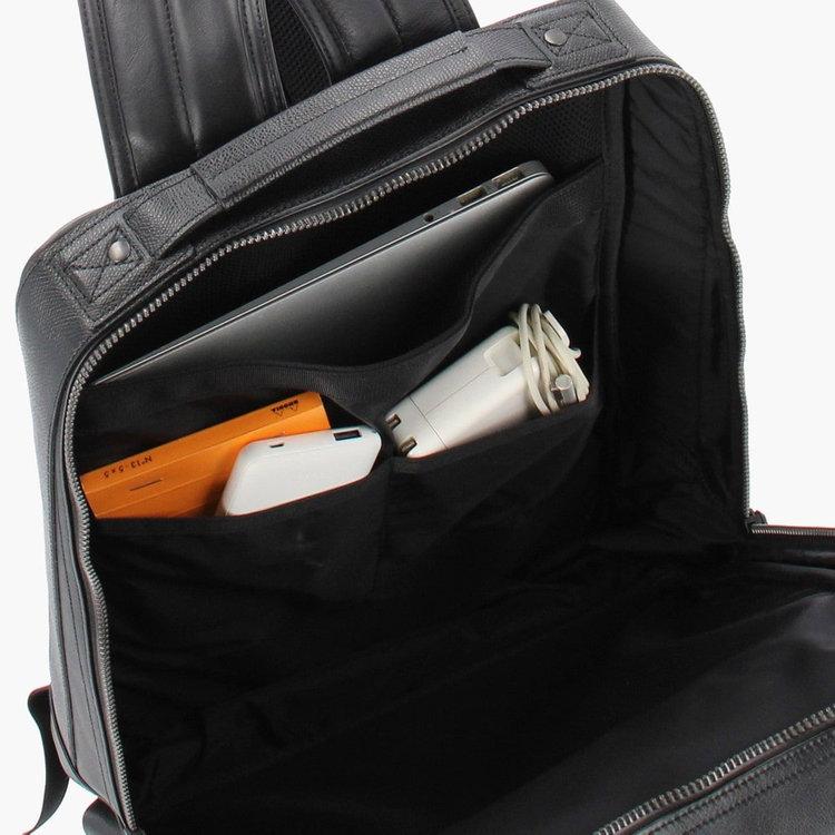 クッション材を搭載したPCスリーブには15インチ程度までのPCを収納可能。さらに手前に配した2箇所のポケットに、ガジェット類をまとめて収納する事が出来ます。