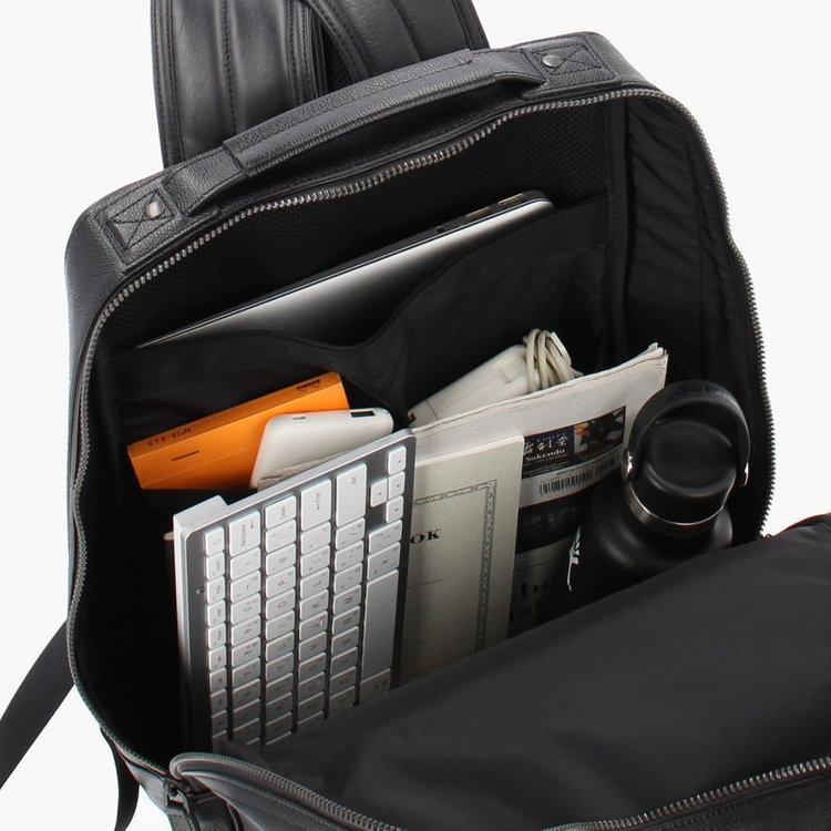 書類やファイルなどを収納しやすいスクウェア型のメイン収納部は、B4サイズ対応で収納力抜群です。
