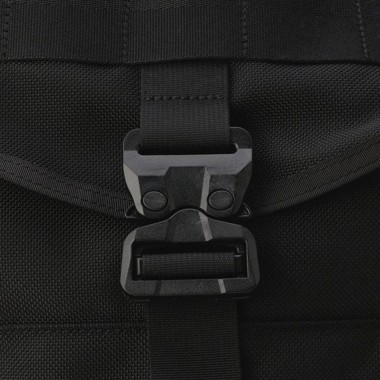 フロントに配した【コブラバックル】はデザイン性の高さだけでなく、開閉が容易で機能的にも充実。