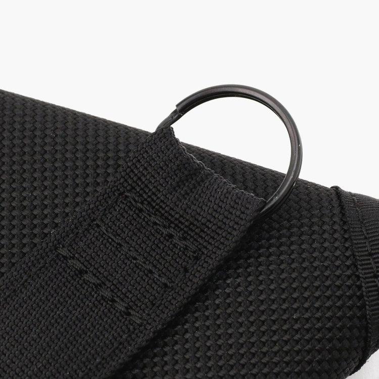 ウェビングテープなどに装着できるベルト・リングを搭載し、手持ちのアイテムに装着するのはもちろん、単品でもお使いいただけます。