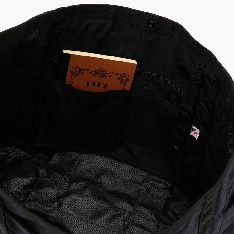 内装には、サイズの異なるポケットを3つ完備し、荷物を仕分けして収納する事が可能です。