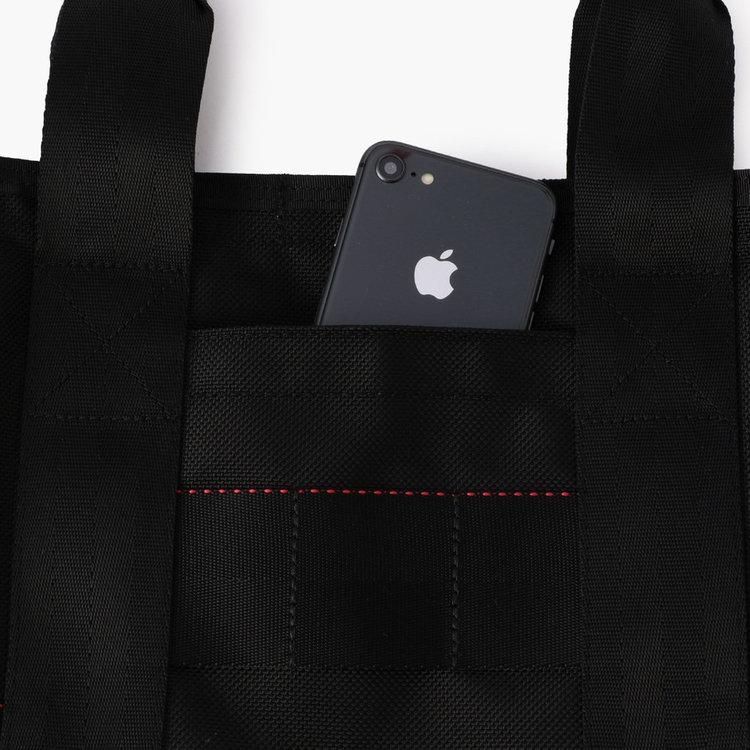 スマホなど使用頻度の高いアイテムの収納に便利なフロントポケット。