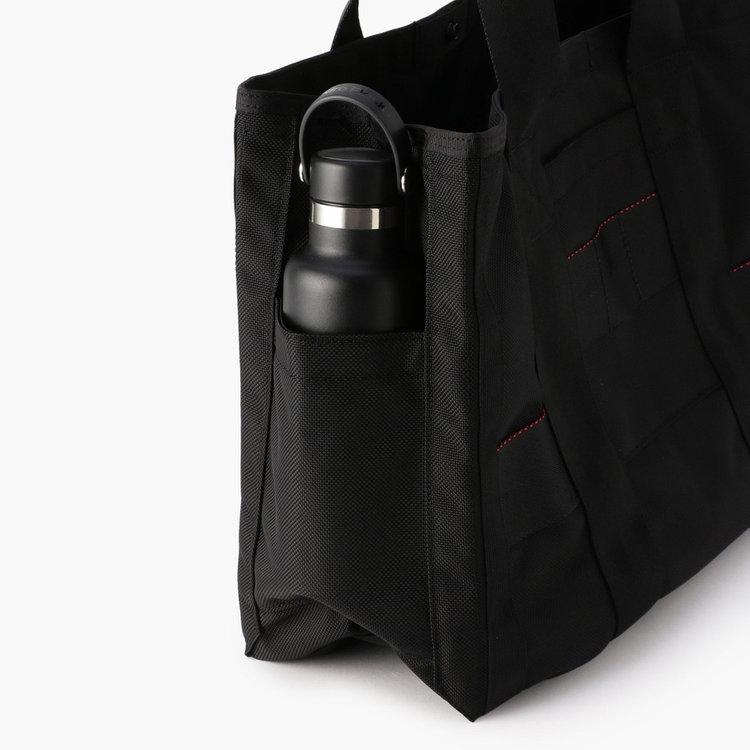 ドリンクボトルや折り畳み傘などの収納に便利なポケットを両サイドに完備。ポケットには500ml程度までのドリンクボトルを収納する事が可能です