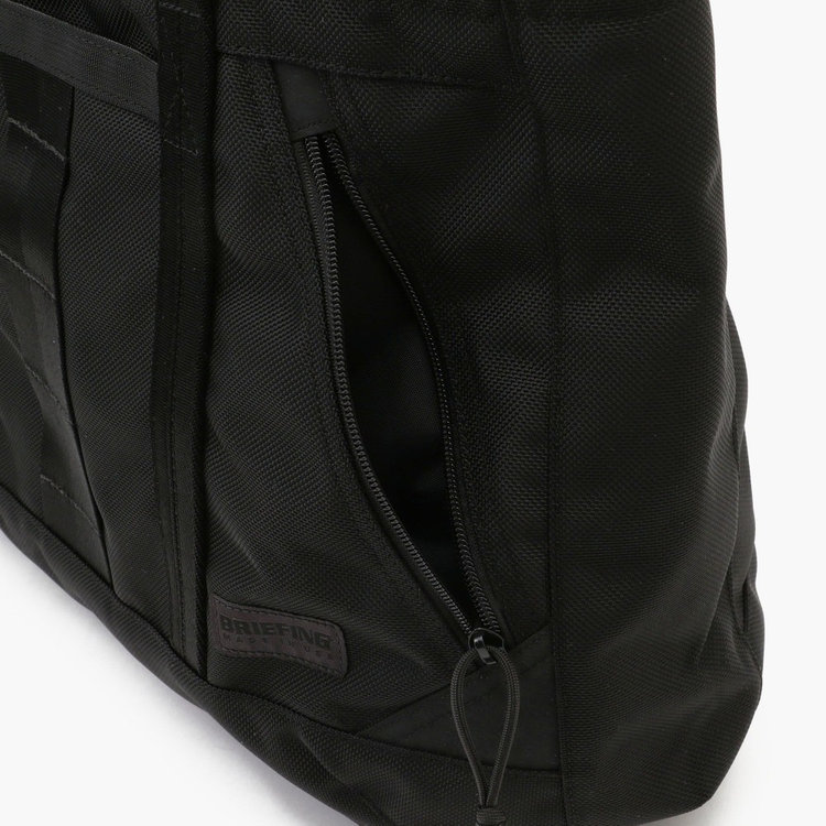 フロントのポケットは、肩にカバンをかけた状態で中身が出し入れできるような配置に。