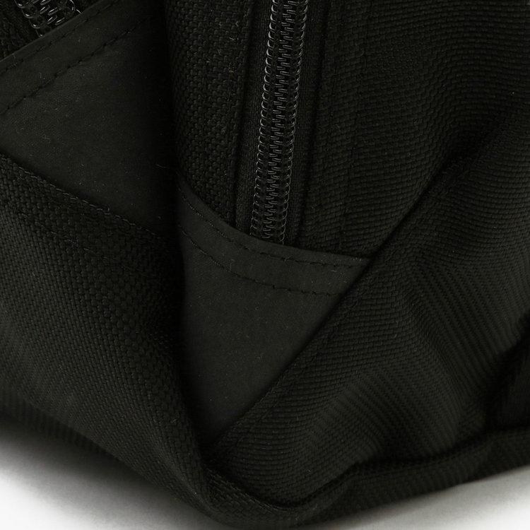 ファスナーのエンド部分には耐摩耗性・耐水耐圧性とう特徴を備えた「ラバーハイパロン」を使用。