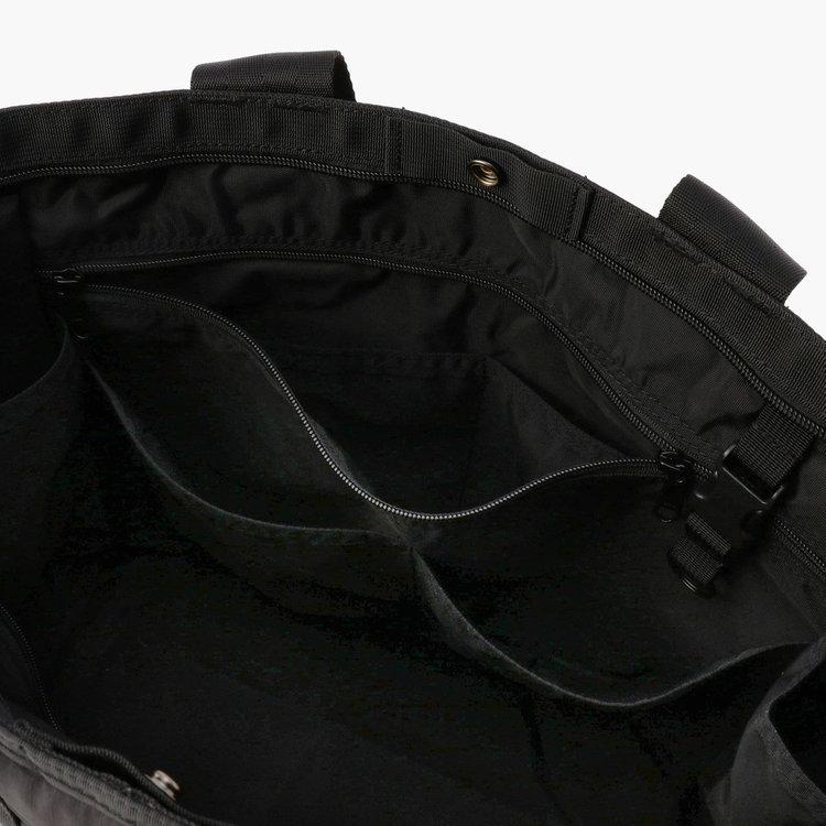フロント側内部には、仕分け用ポケと2つを備えたジップポケット(大)にポケット(小)2つ、着脱式キーホルダーを完備。