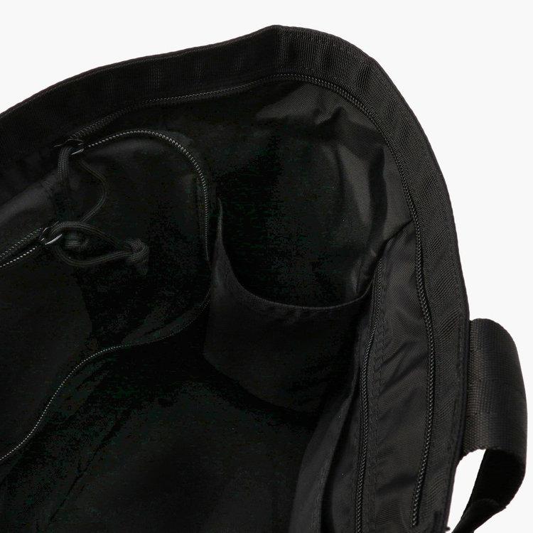 メイン収納部両脇に配したポケットにはドリンクボトルなどを立てて収納するのに便利。