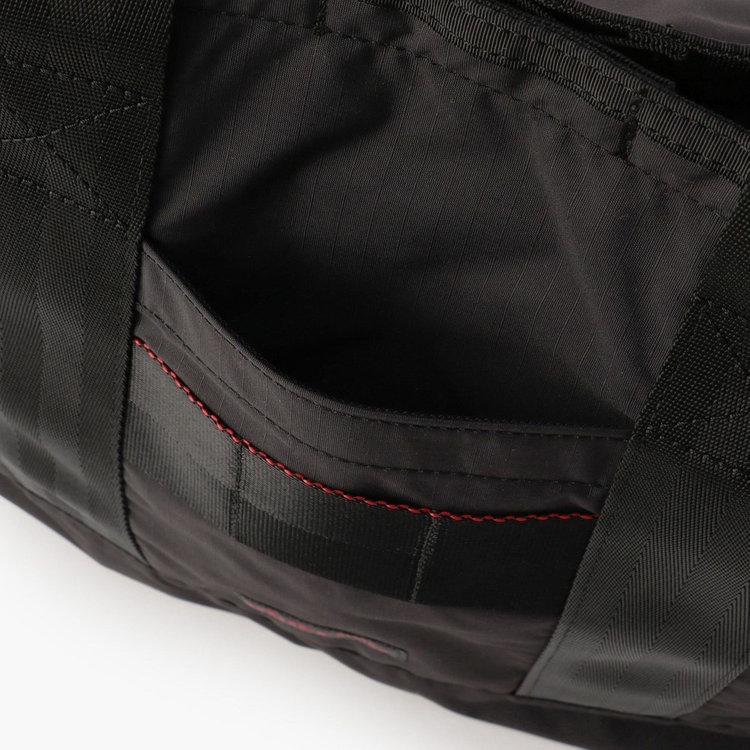 フロントには使用頻度の高い小物類の収納に便利なポケットを3つ搭載。