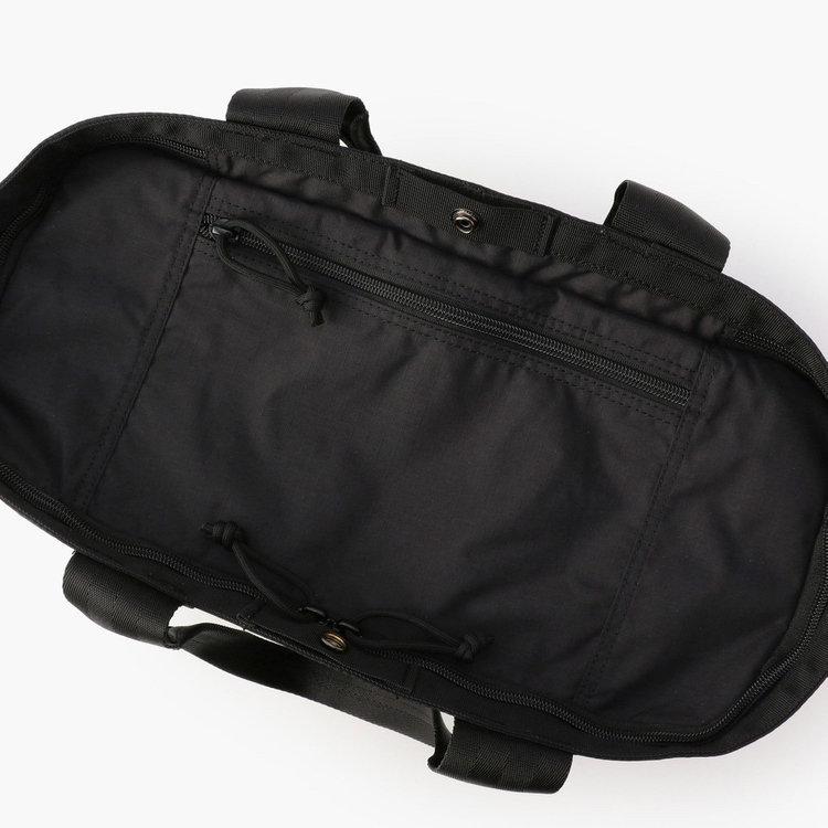 開口部に配した天蓋を閉めると、カバンの中身が見えない仕様に。天蓋部分にはポケットを搭載し、スマホなどを収納する事が可能。