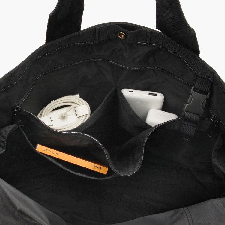 内部に備えた多彩なポケットによって、ごちゃごちゃしがちなガジェット類や仕事に必要なアイテムなどを整理して収納する事が可能です。