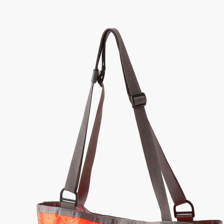 持ち手部分は長さ調節が可能。肩がけスタイル、斜めがけスタイルと2通りの使い方ができます。