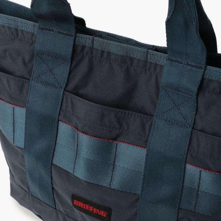 フロントにはポケットを3つ完備し、使用頻度の高い小物類を収納するのに便利。