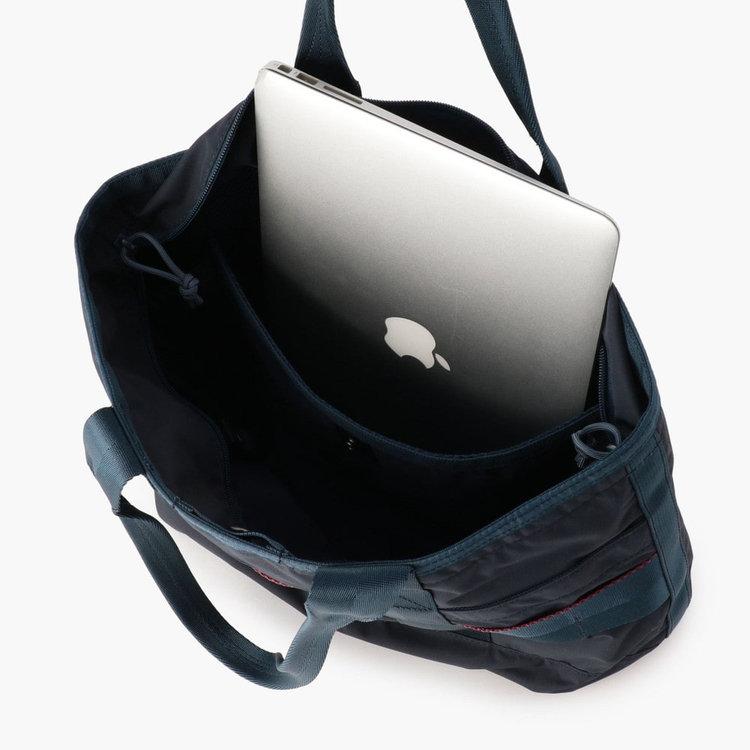 背面側内装には11インチ程度までのPCやタブレットを収納可能なPCスリーブを搭載。クッション材入りで、PCを衝撃から守ります。