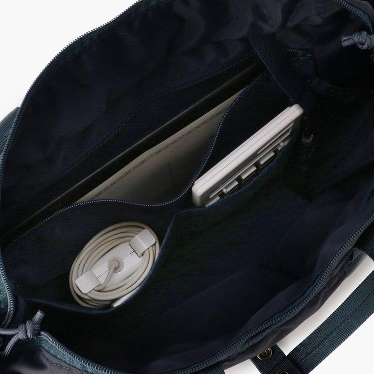 フロント側内装には、B5サイズ対応のジップポケットにガジェット類などを収納するのに最適なポケット2つと合計3つのポケットを搭載。