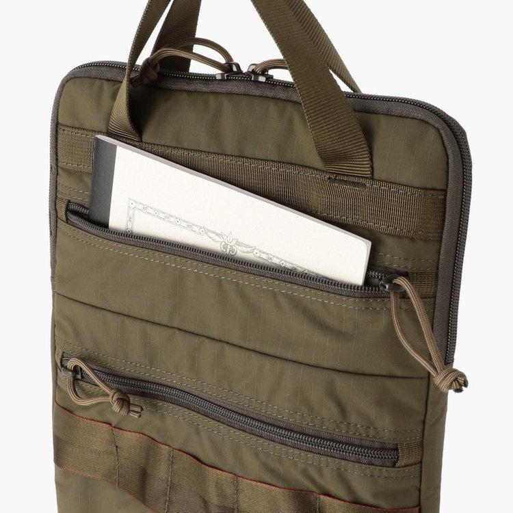 フロント上部のポケットはB5サイズのノートなども収納する事が可能。