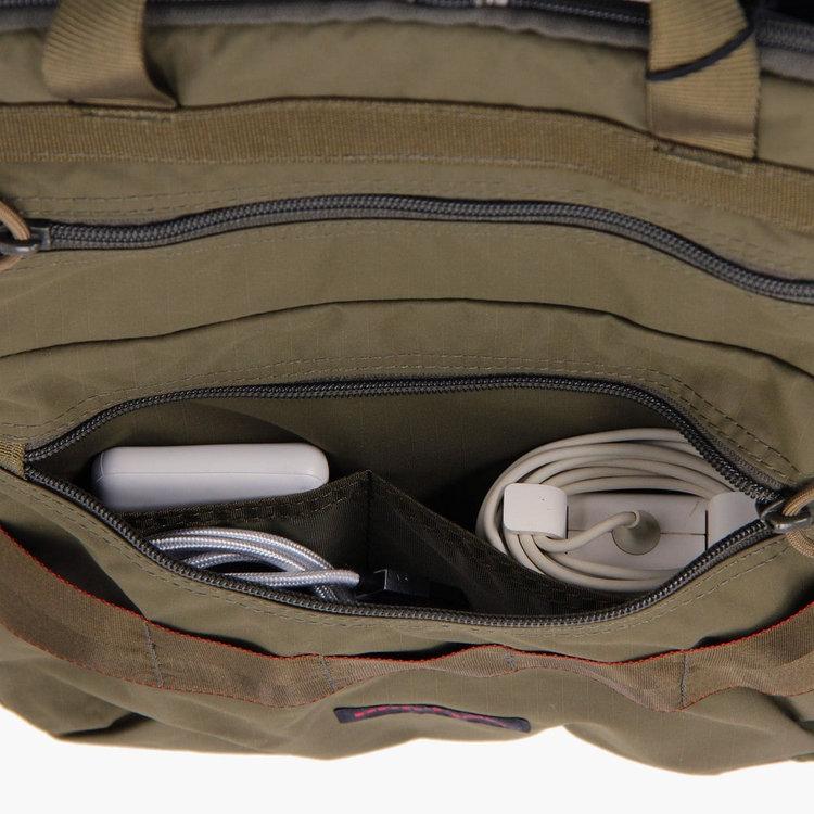 フロント下部のポケット内部は仕分け用のポケットを完備し、PC周辺機器などを整理して収納する事が可能です。