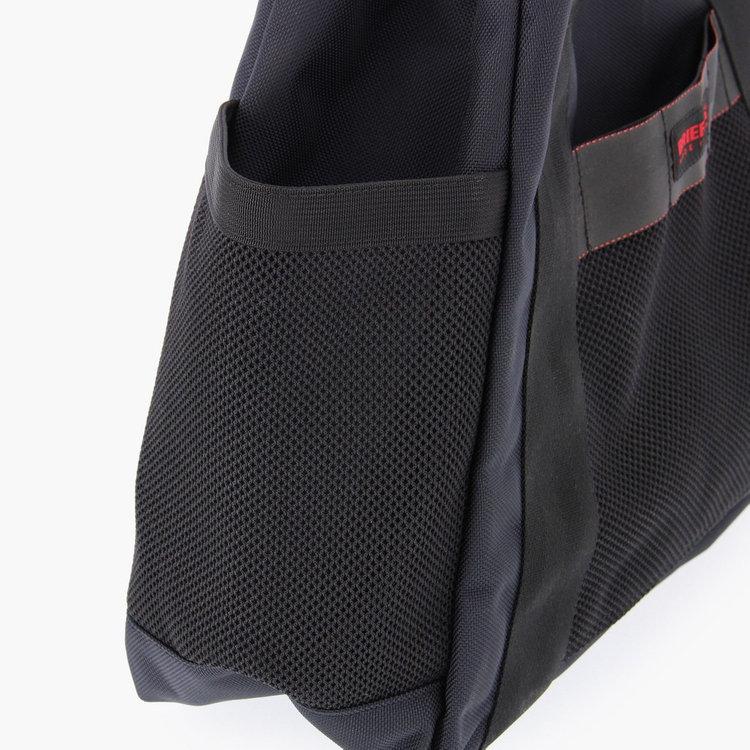 外装には3箇所のポケットを儲け、使用頻度の高い小物類やドリンクボトルなどを収納するのに最適。