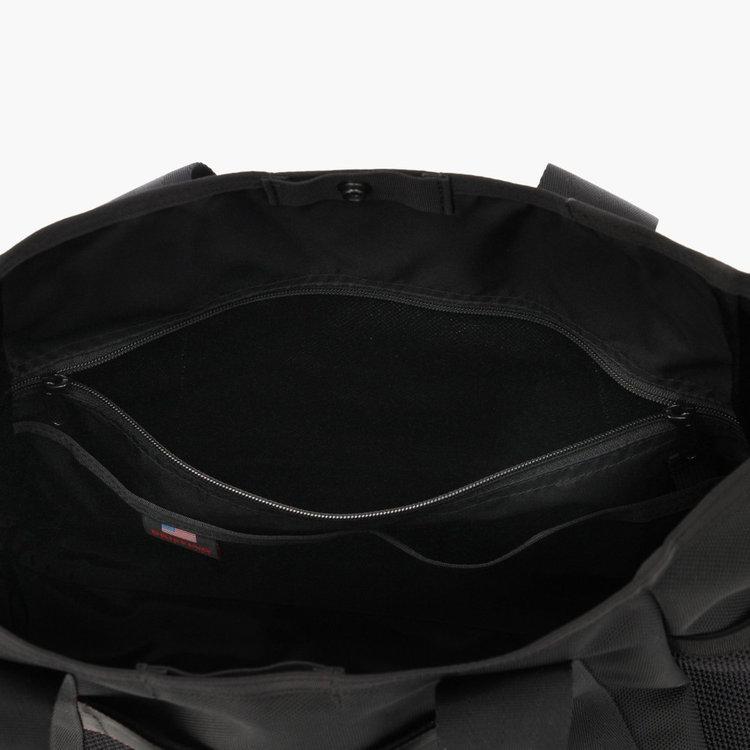 内装にも大小3つのポケットを搭載し、仕分け収納を可能としている。