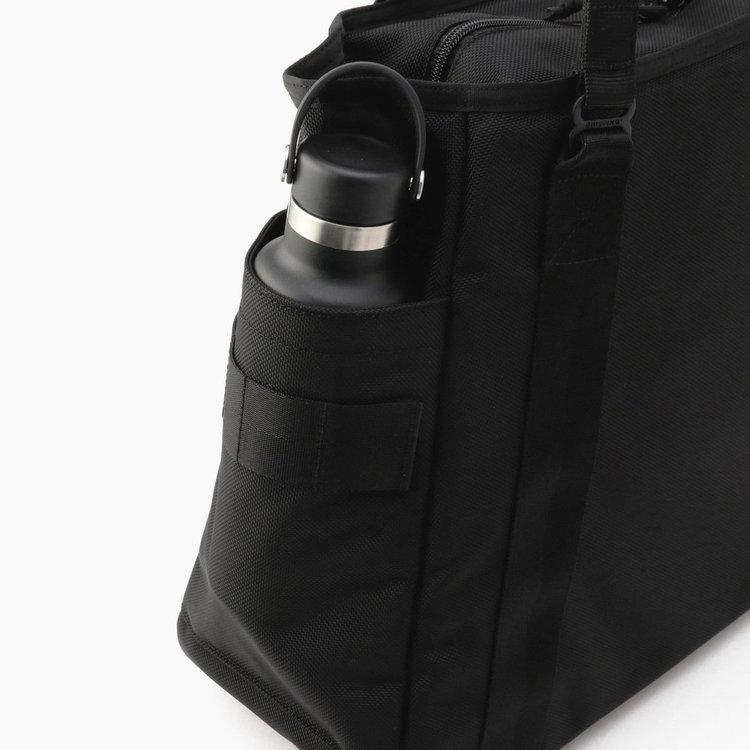 両サイドにはドリンクボトルや折り畳み傘などの収納に便利なポケットを完備。