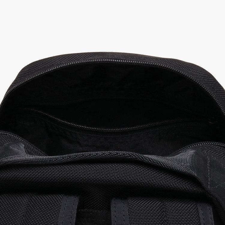 メイン収納部内フロント側に配したジップポケット。カバンを前に背負ったまま物の出し入れができるので、小物類の収納にも便利。