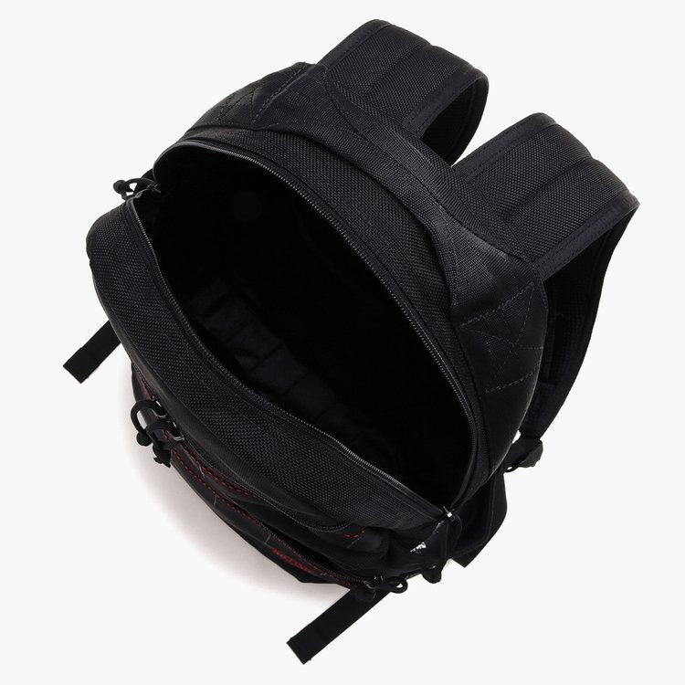 A4サイズ対応のメイン収納部には、大小2箇所のポケットを搭載。クッション材はないが背面側のポケットには11インチ程度のタブレットなども収納する事が可能。