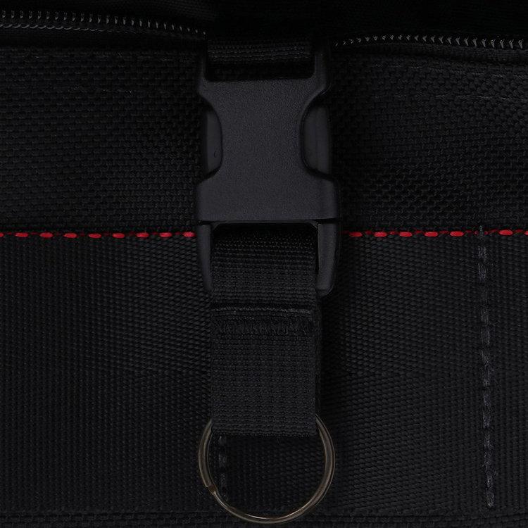 フロント下部のアウトポケット内には着脱式のキーホルダーを搭載。