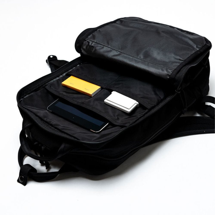 メイン収納部は2層式。フロント側メイン収納部にはB4サイズ対応のポケット×1 ポケット(小)×2を搭載。