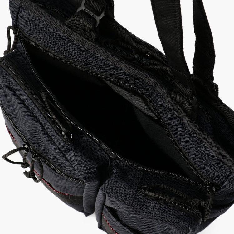 フロントに配した大型のジップポケットはA4サイズ対応。書類や新聞等をさっと入れることができます。