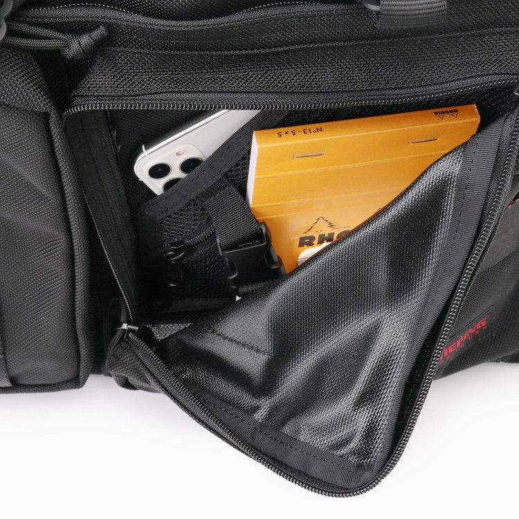フロントポケットはマチを設け収納力抜群。さらに内部にポケットを搭載し、小物類の収納に便利。