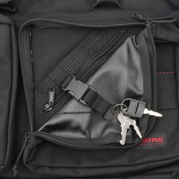 フロントポケット内部には着脱式のキーホルダーを搭載。