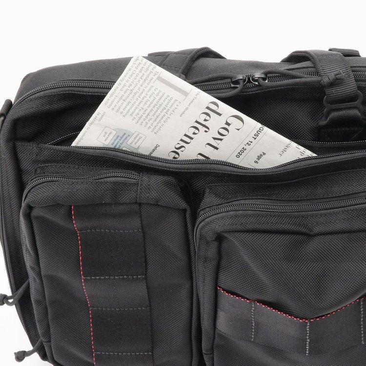 フロントに配した大きなジップポケットはA4サイズ対応で、書類や新聞などを収納できます。