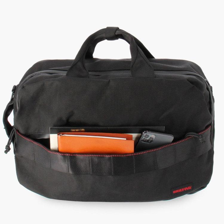 大きく開く開口部で、小物類の収納はもちろん。嵩張るトレーニングウェアなどを収納するのにも便利。