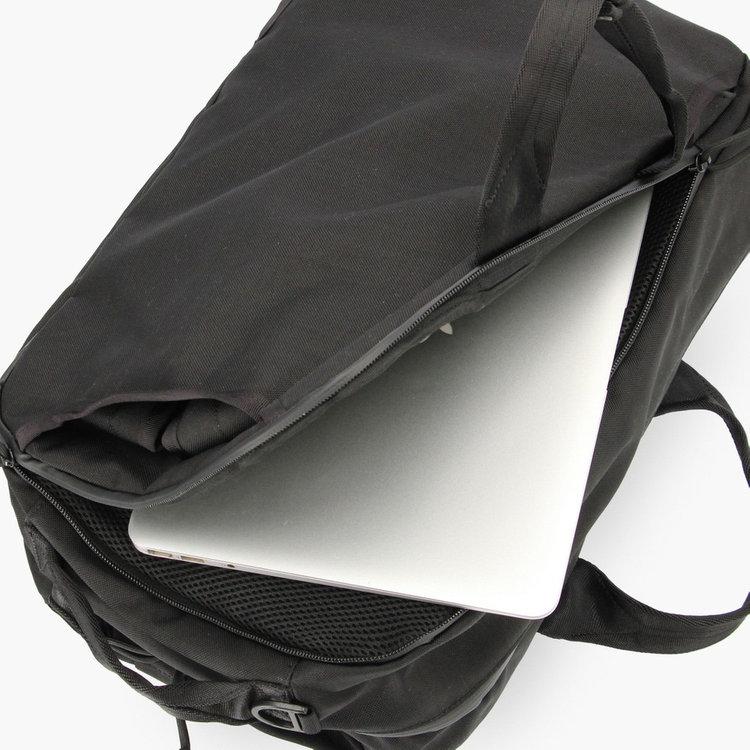 クッション材を搭載したPCスリーブには15インチ程度までのPCを収納する事が可能。