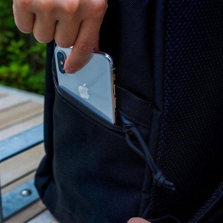 右側のサイドポケットには、さらにジップポケットを配し、スマホなどを収納する事が可能。