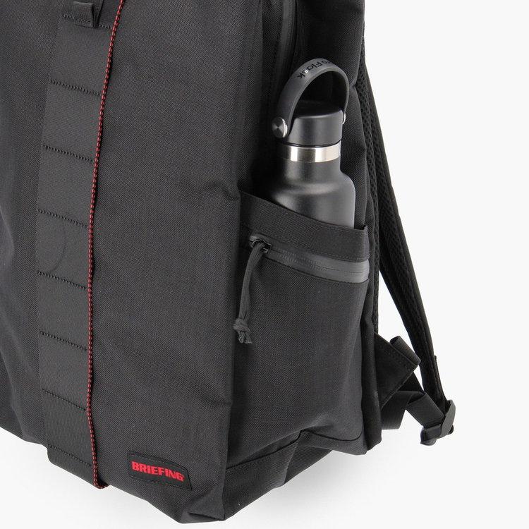 ドリンクボトルや折り畳み傘などを収納するのに便利なサイドポケット。