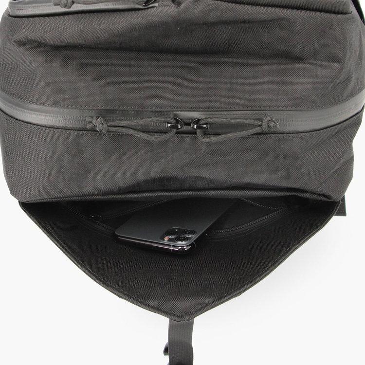 フロントポケット内部には、小物収納に便利なジップポケットを完備。