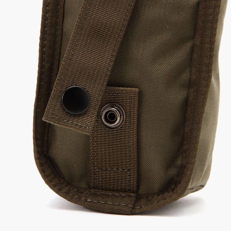 ATコレクションのバッグに装着できるテープを背面に完備。