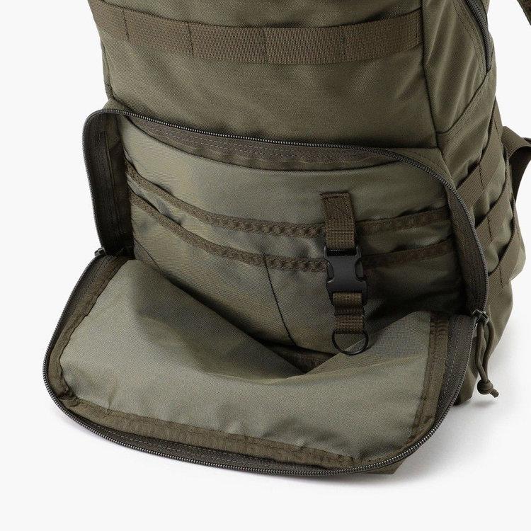 フロントに配したマチ付きのジップポケット内部には、仕分け用ポケットに着脱式のキーホルダーを完備。