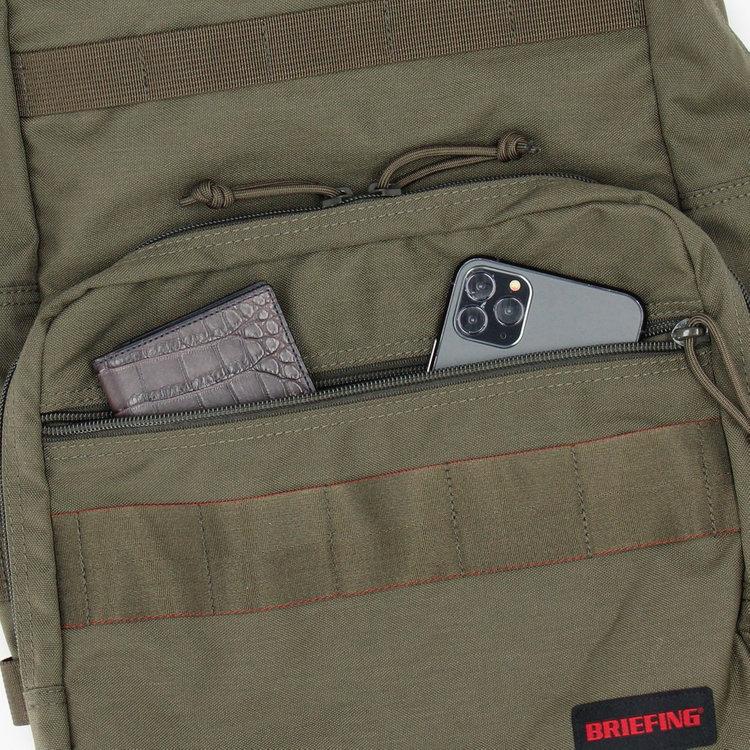フロントに配したジップポケットは、使用頻度の高い小物類を収納するのに便利。