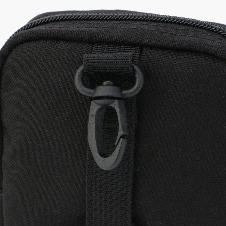 ウェビングテープなどにつけられるフックやベルトを搭載。