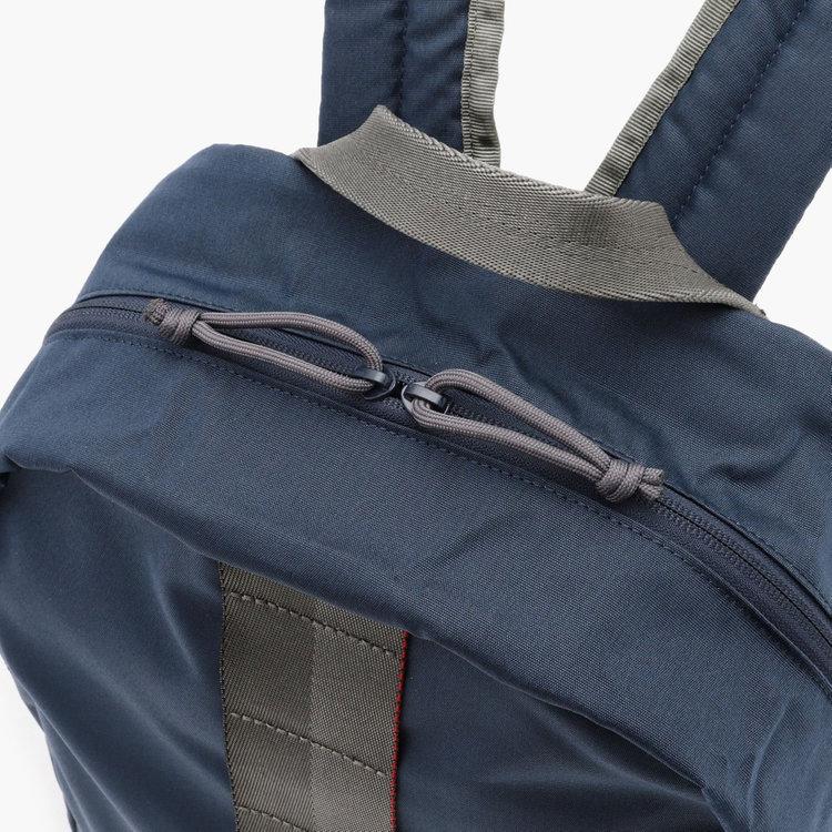 全てのファスナーに撥水加工を施した「YKK Water-R」を採用し、バッグ全体の撥水性を高めている。