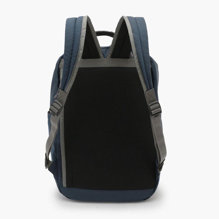背面側部分から直接メイン収納部にアクセスできるジップポケットを配し、カバンを背負ったままでも荷物を出したりする事が可能に。