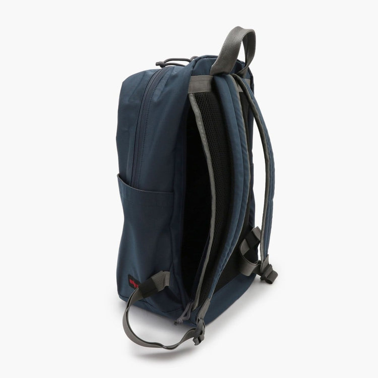 全てのファスナーに撥水加工を施した「YKK Water-R」を採用し、バッグ全体の撥水性を高めている