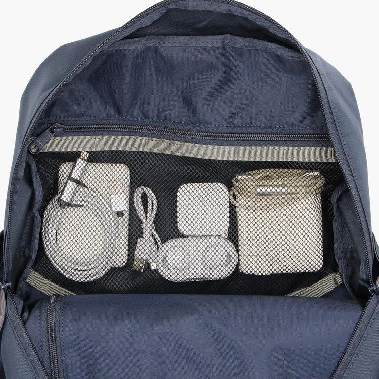 メッシュポケットは視認性に優れ、ごちゃごちゃしがちなアイテムを収納するのに便利。