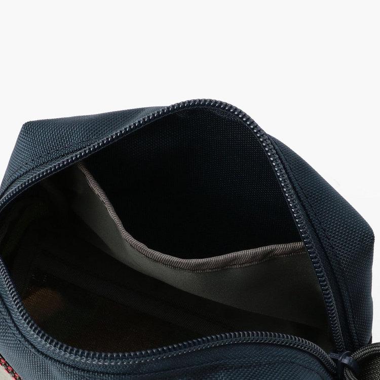 内部には仕分け収納に便利なポケットを搭載。