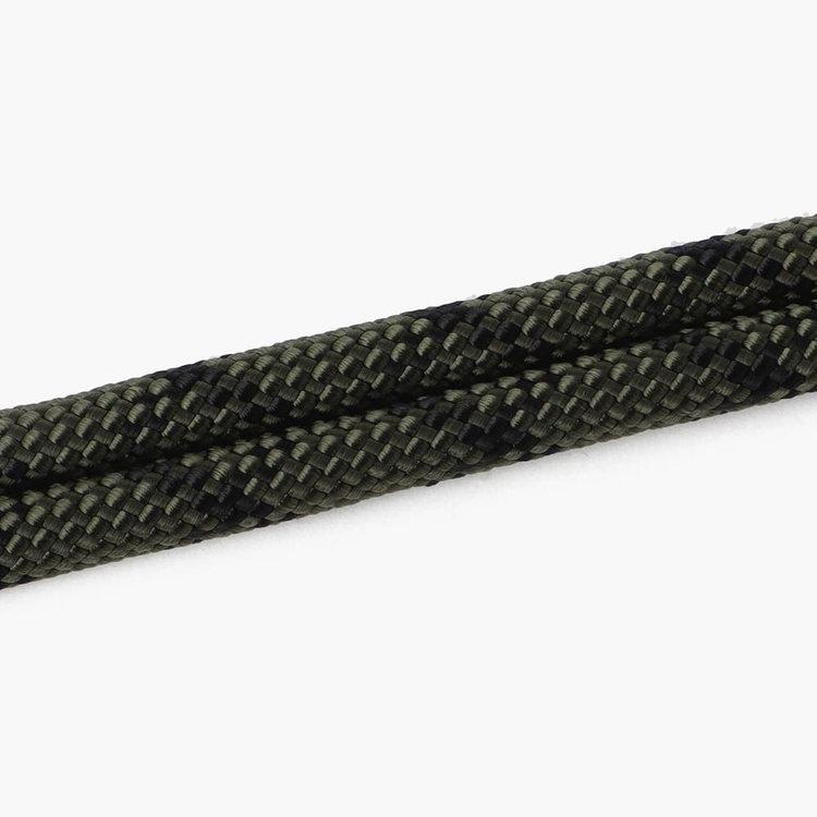 クライミング用のロープを用いてストラップを作成。いつもの装いにアウトドアテイストのアクセントをプラス。