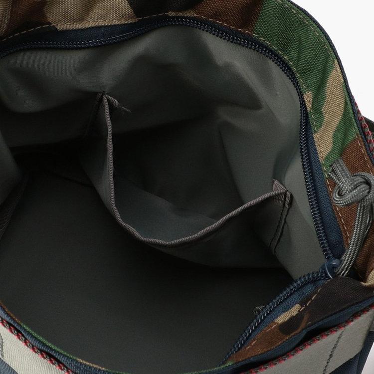 内部には仕分け収納に便利なポケットを完備。