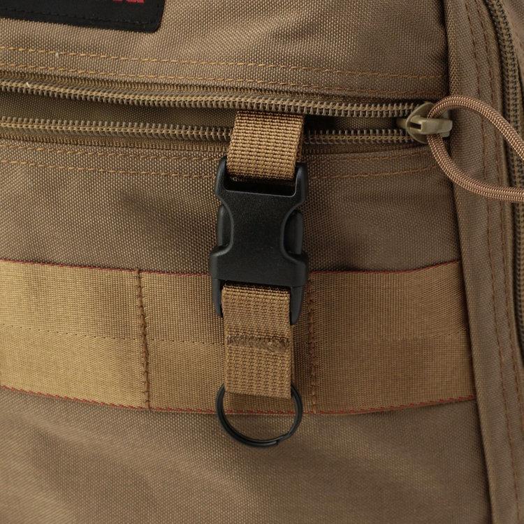 フロント上部のジップポケット内部に完備した着脱式のキーホルダー。