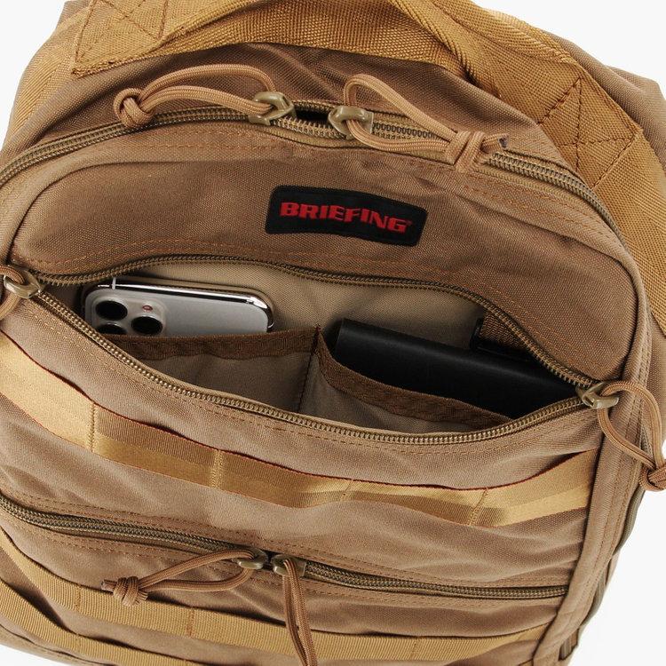 フロント上部のジップポケット内部には、仕分け用のポケットを搭載。小物類の収納に最適です。