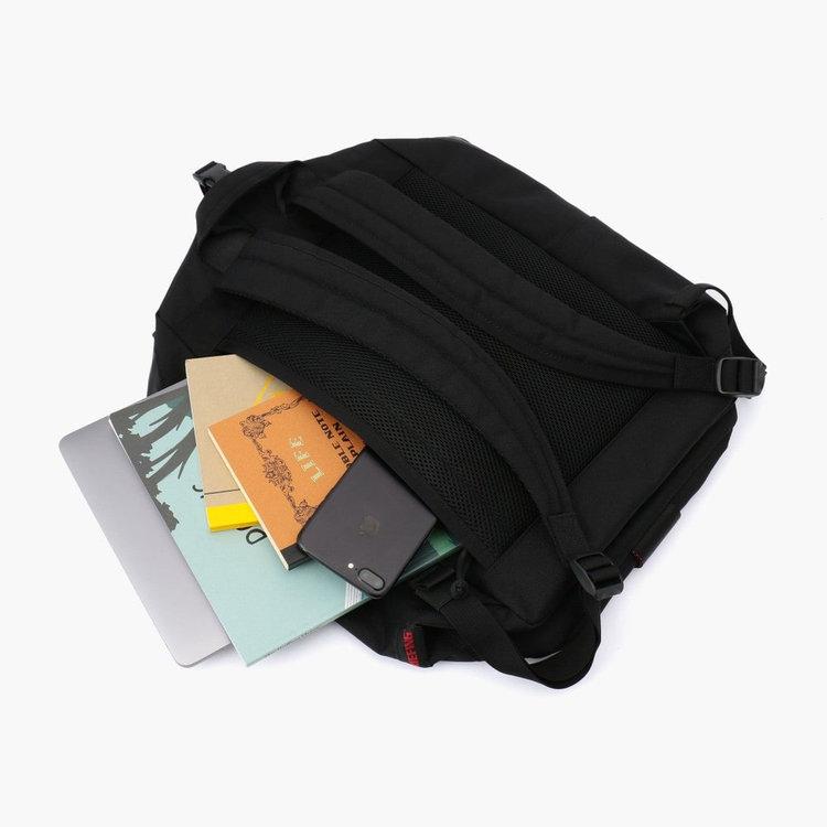背面には、カバンを背負ったままメイン収納部にアクセスできるポケットを搭載。